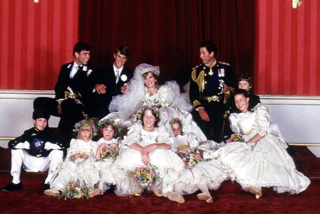 Η Νταϊάνα και ο Κάρολος σε μία από τις επίσημες φωτογραφίες του δικού τους γάμου, 20 χρόνια πριν, το 1981.