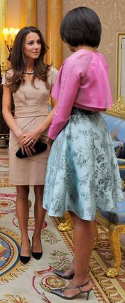 Φωτιές άναψε το φόρεμα που επέλεξε να φορέσει η νιόπαντρη δούκισσα του Κέιμπριτζ κατά την υποδοχή των Ομπάμα στο Λονδίνο.