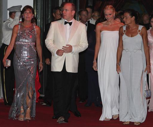 Ο πρίγκιπας Αλβέρτος ανάμεσα στις γυναίκες της ζωής του: τις αδελφές του Καρολίνα και Στεφανί και τη μέλλουσα σύζυγό του, Σαρλίν Γουίτστοκ.