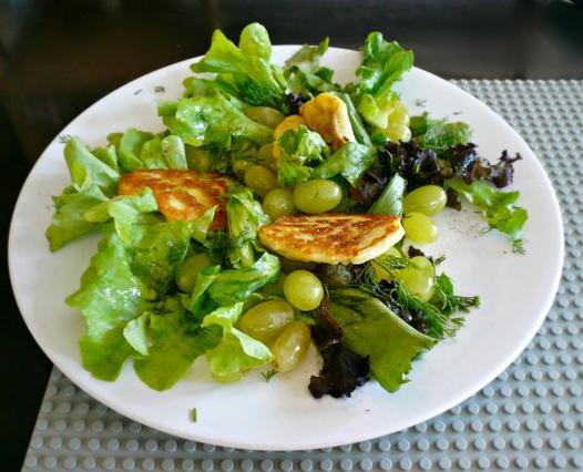 Σαλάτα με χαλούμι & σταφύλια αλά Pandespani
