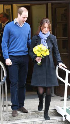 Η Κέιτ κατεβαίνει τα σκαλιά με προσεκτικά βήματα υπό το ανήσυχο βλέμμα του συζύγου της, πρίγκιπα Γουίλιαμ.