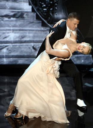 Στην εκδήλωση για τα φετινά βραβεία Όσκαρ, η Σαρλίζ Θερόν χόρεψε επί σκηνής με τον πιο σέξι άντρα του κόσμου, Τσάνινγκ Τέιτουμ.