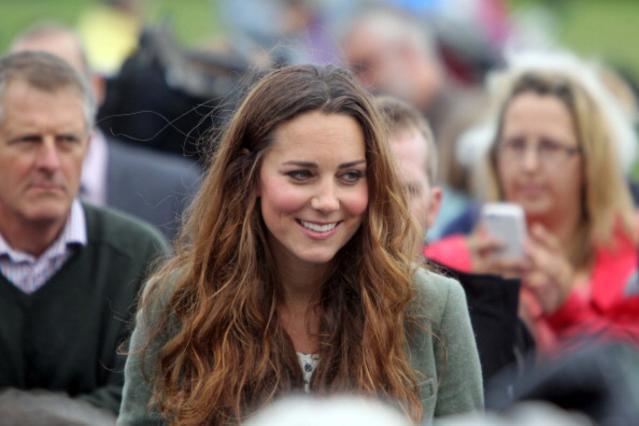 Η Κέιτ στην πρώτη εμφάνιση της με τα μαλλιά της ελεύθερα και σε φυσικό λουκ.