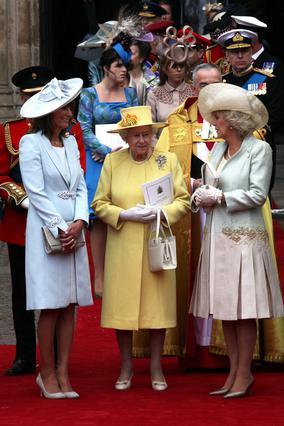 Η Κάρολ Μίντλετον δίπλα στις  συμπεθέρες  της βασίλισσα της Αγγλίας, Ελισάβετ, και δούκισσα της Κορνουάλης, Καμίλα. Τα λόγια είναι περιττά!
