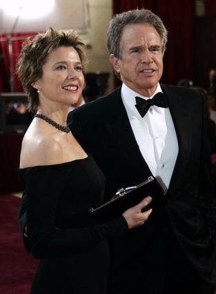 Με την Ανέτ Μπένιγκ είναι παντρεμένοι  από το 1996 και έχουν δύο παιδιά.