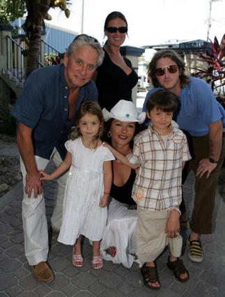 Η οικογένεια Ντάγκλας σε απαρτία: ο Μάικλ, η Κάθριν, τα παιδιά τους,  Ντίλαν και Καρίς και ο Κάμερον,  ο μεγαλύτερος γιος του Μάικλ από  τον πρώτο του γάμο, μαζί με τη φίλη του.