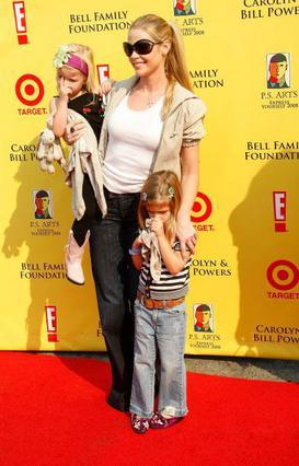 Η Ντενίζ Ρίτσαρντς με τις κόρες της -και του Τσάρλι- Σαμ και Λόλα.
