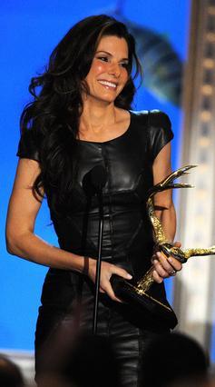 Η Σάντρα Μπούλοκ έχοντας μόλις  παραλάβει το  Troops Choice Award  που της χάρισαν με τις ψήφους τους  οι αμερικανοί στρατιώτες.