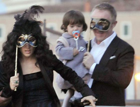Η Χάγιεκ με τον σύζυγο και την κόρη τους, επιβιβάζεται στο ταχύπλοο που θα τους μεταφέρει στο χόρο του πάρτυ.