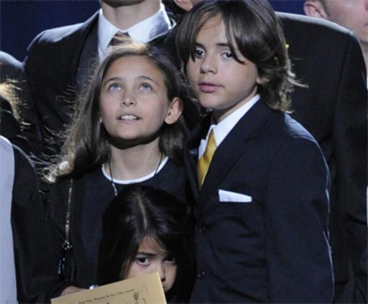 Η Πάρις με τα αδέλφια της, Πρινς και Μπλάνκετ στην κηδεία του πατέρα τους το 2009.