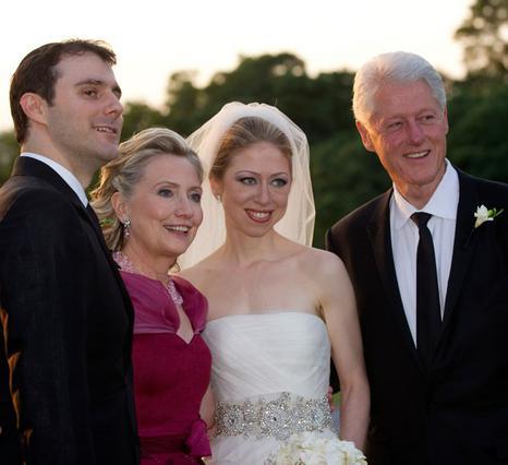 Κλασική οικογενειακή φωτογραφία  μετά τον γάμο της Τσέλσι  με τον Μαρκ Μεζβίνσκι  με το ζευγάρι και πεθερικά,  Μπιλ και Χίλαρι.