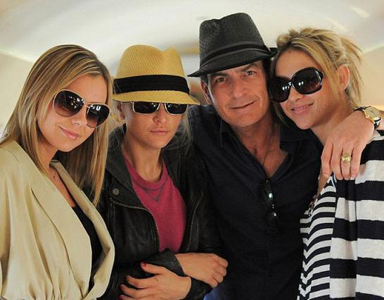 Ο Μάρτιν Σιν ανάμεσα στην πορνοστάρ Μπρι Όλσον την πρώην γυναίκα του Μπρουκ Μιούλερ και τη νέα φιλενάδα του Νάταλι Κένλι.