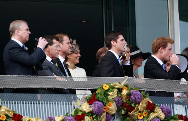 Ο Γουίλιαμ, η Κέιτ και ο Χάρι παρακολούθησαν τους αγώνες -όπου παρεμπιπτόντως η βασιλική συμμετοχή δεν τα πήγε και τόσο καλά- μαζί με άλλα μέλη της οικογένειας.