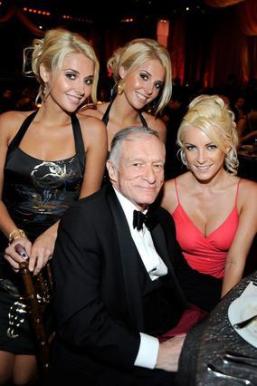 Ο Χιου Χέφνερ με την Κρίσταλ Χάρις στα αριστερά του και τις δίδυμες Καρίσα και Κριστίνα Σάνον τον καιρό που είχαν δεσμό μεταξύ τους... όλοι.