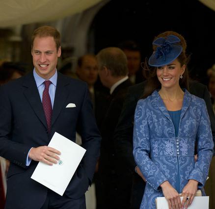 Δεν χρειάζεται στυλίστα, υποστηρίζει, η δούκισσα του Κέμπριτζ, η οποία επιλέγει μόνη τα ρούχα της, μη διστάζοντας μάλιστα να τα  ανακυκλώνει . Για παράδειγμα, αυτό το μπλε συνολάκι που φορούσε στα 90ά