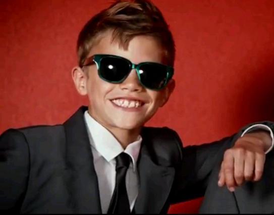 Γελαστό και χαρωπό το 10χρονο μοντέλο!