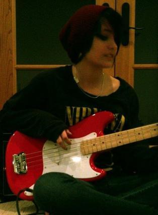 Η Πάρις με την κιθάρα της σε φωτογραφία που ανέβασε η ίδια στο Twitter.