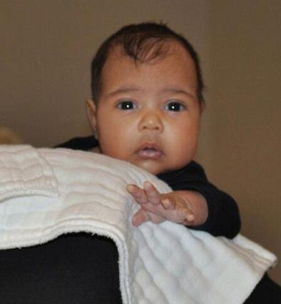 Η πρώτη -και μοναδική- φωτογραφία της μικρής Νόρι. Οι διάσημοι γονείς της έχουν φροντίσει να την εξασφαλίσουν οικονομικά δια βίου καθώς έχουν ζητήσει να πληρώνεται η κόρη τους για κάθε φωτογραφία της