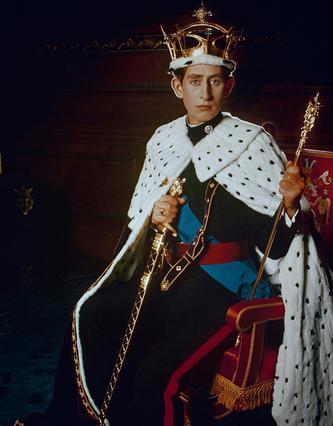 Ο πριγκιπας Κάρολος ποζάρει με το βασιλικό ένδυμα το 1969. Σήμερα, στα 65 του χρόνια είναι ο διάδοχος που έχει περιμένει περισσότερο από οποιονδήποτε άλλον να κάνει τη δουλειά για την οποία γεννήθηκε.