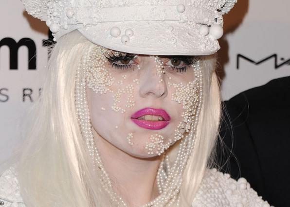 Φορέστε τις πέρλες σας στο πρόσωπο  λέει η Gaga