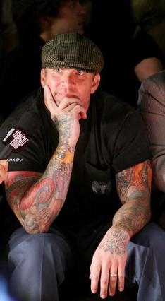 Το  θεματάκι  που έχει ο Τζέσε με τα τατουάζ είναι προφανές!