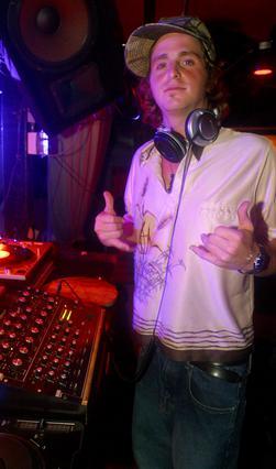 Κάποια στιγμή, ο Κάμερον φάνηκε  πως είχε βρει τον δρόμο του  δουλεύοντας ως DJ σε κλαμπ του  Μανχάταν. Η φωτογραφία είναι από  τον Αύγουστο του 2003.