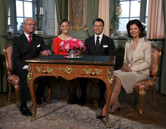 Η βασιλική οικογένεια της Σουηδίας ποζάρει σε επίσημη φωτογραφία για  την ανακοίνωση του αρραβώνα.