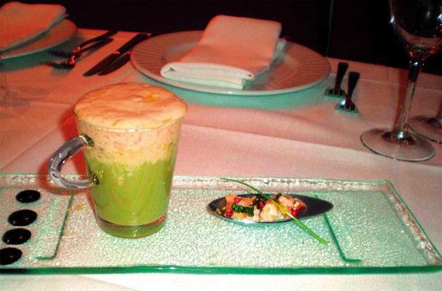 Σούπα λάπαθο με αφρό λεμονιού και μαριναρισμένη καραβίδα