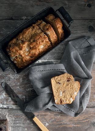 Αλμυρό κέικ με φέτα, ελιές και καυτερή πιπεριά
