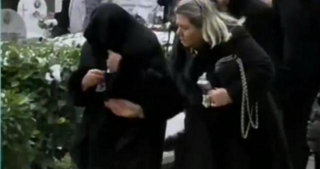 Κατέρρευσε η Βέφα στην κηδεία της κόρης της!