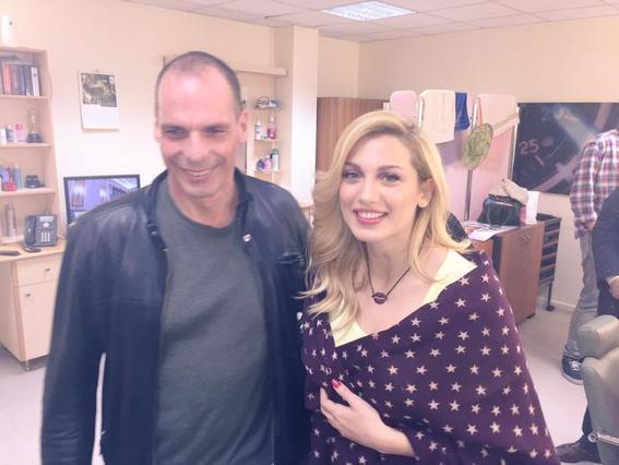 Έλεος: Ο Βαρουφάκης έβγαλε selfie και με τον κομμωτή της Σπυροπούλου