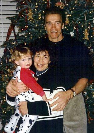 Ο Άρνι με την οικιακή βοηθό και φημολογούμενη ως μητέρα του νόθου παιδιού του, Μίλντρεντ Μπαένα και τον μικρότερο γιο του, Κρίστοφερ.