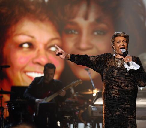 Τραγουδίστρια γκόσπελ η ίδια, η Σίσι Χιούστον τραγουδά στη μνήμη της κόρης της.