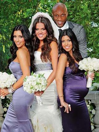 2009: Ο γαμπρός Λαμάρ, ποζάρει περιχαρής με τη νύφη Κλοέ και τις αδελφές της, Κιμ και Κόρτνεϊ.