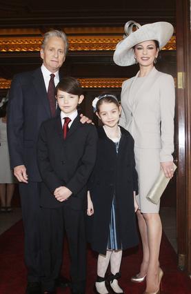 Ο Μάικλ η Κάθριν και τα δύο τους παιδιά, Ντίλαν και Καρίς, ποζάρουν χαμογελαστοί σε παλιές καλές εποχές.