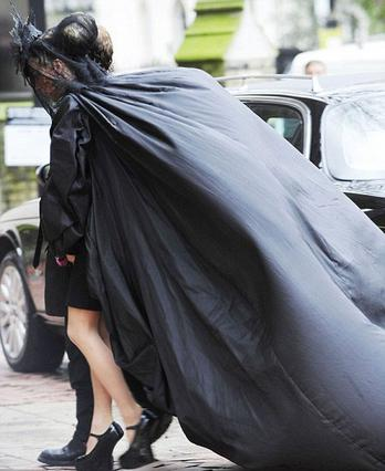 Η κληρονόμος Δάφνη Γκίνες φτάνει στην κηδεία φορώντας  μια ιδιαίτερα θεατρική κάπα δια χειρός Μακ Κουίν.