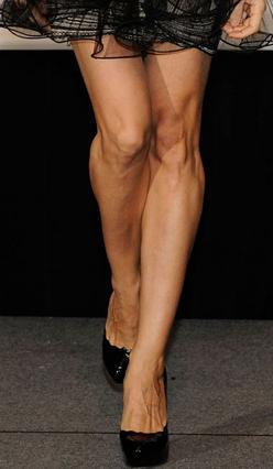 Καλλίγραμα, αλλά πολύ αδύνατα  τα πόδια της SJP.