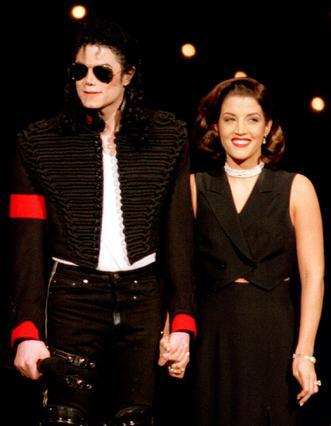 Λίγο καιρό μετά τον γάμο τους,  το 1994, ο Τζάκσον και η Λίζα Μαρί  Πρίσλεϊ εμφανίζονται μαζί σε εκδήλωση.