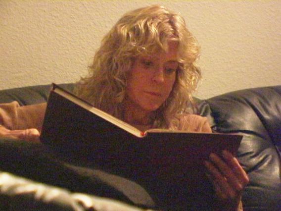 Η Φάρα Φόουσετ σε σκηνή από το ντοκιμαντέρ όπου διαβάζει το  προσωπικό της ημερολόγιο.