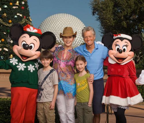 Η Κάθριν με τον Μάικλ Ντάγκλας και τα παιδιά τους, Ντίλαν και Καρίς, στο ταξίδι που έκαναν πριν απο λίγους μήνες στη Ντίσνεϊλαντ για να γιορτάσουν την πλήρη ανάρρωσή του.