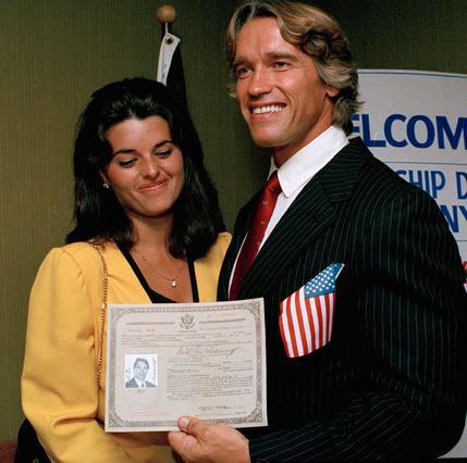 Το 1983, ο Άρνι επιδεικνύει περήφανος το χαρτί με την νέα αμερικανική υπηκοότητά του, έχοντας ήδη στο πλευρό του την ντροπαλή  Μαρία Σράιβερ.