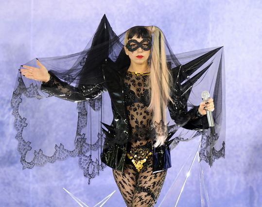 Η Lady Gaga έχει μια ιδιαίτερη αδυναμία στα κοστούμια. Σε βαθμό υπερβολής, όμως... Και την πλήρωσε!