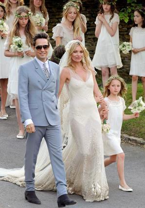 Με ένα βίντατζ νυφικό του Τζον Γκαλιάνο παντρεύτηκε η Κέιτ Μος τον αγαπημένο της,  Τζέιμι Χινς.