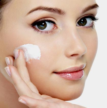 Πες ναι στην αντηλιακή σου ενώ η τονωτική σου λοσιόν χρειάζεται μόνο αν έχεις λιπαρό δέρμα.