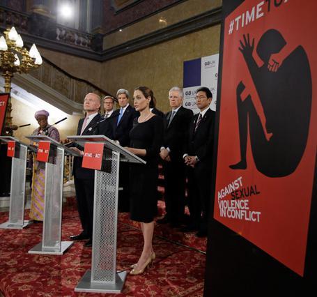 Η Αντζελίνα Τζολί μιλά για τον βιασμό στις εμπόλεμες ζώνες στο βήμα της συνάντησης των υπουργών εξωτερικών των G8 στο Λονδίνο.