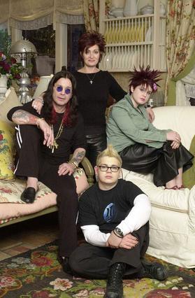 Ο Όζι και η Σάρον Όσμπουρν με τα δύο παιδιά της Κέλι και Τζακ το 2002 την εποχή που προωθούσαν το ριάλιτι με τη ζωή τους.
