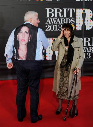 Ο Μιτς και η Τζάνις Γουάινχαουζ φαίνεται ότι έχουν πια γεφυρώσει τις διαφορές τους, ενώ δεν είναι λίγοι εκείνοι που τους κατηγορούν ότι επιχειρούν να εξαργυρώσουν τη φήμη της κόρης τους.