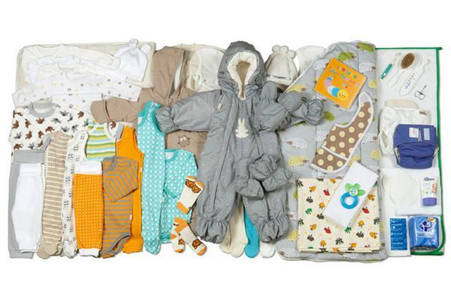 Κάνε κλικ στη φωτό να δεις από κοντά όλα όσο περιλαμβάνει το  μαγικό κουτί  που δέχεται η κάθε μανούλα στη Φινλανδία μόλις φέρνει το νεογέννητο στο σπίτι.