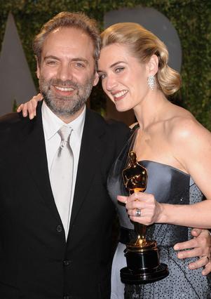 Το ζευγάρι φωτογραφίζεται το 2009  χαμογελώντας. Έκείνη έχει μόλις  κερδίσει το βραβείο Όσκαρ για την  ερμηνεία της στην ταινία   Σφραγισμένα χείλη .