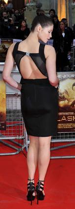 Τι κι αν δεν φοράει νούμερο 36; Η Τζέμα Άρτερτον εντυπωσιάζει με ό,τι και να φοράει. Η ίδια  μπορεί, βέβαια, να μην νιώθει  πάντα έτσι, αλλά οι εικόνα μιλάει από μόνη της.